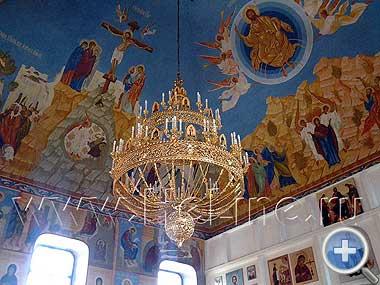 Старинные фрески на своде храма